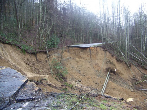 Smoky Mountain landslide closes road
